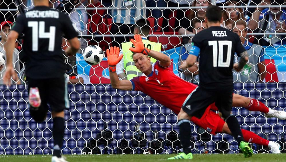 Messi dispara un penalti y lo falla ante el portero de Islandia.