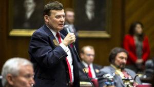David Stringer, legislador por el estado de Arizona, interviene en una sesión de la cámara estatal.