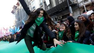 Mujeres celebran la aprobación de la ley del aborto en la Cámara de Diputados de Argentina.