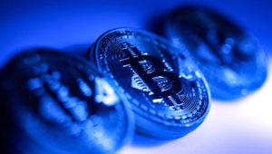 Una colección de bitcoin tokens en color azul intenso.