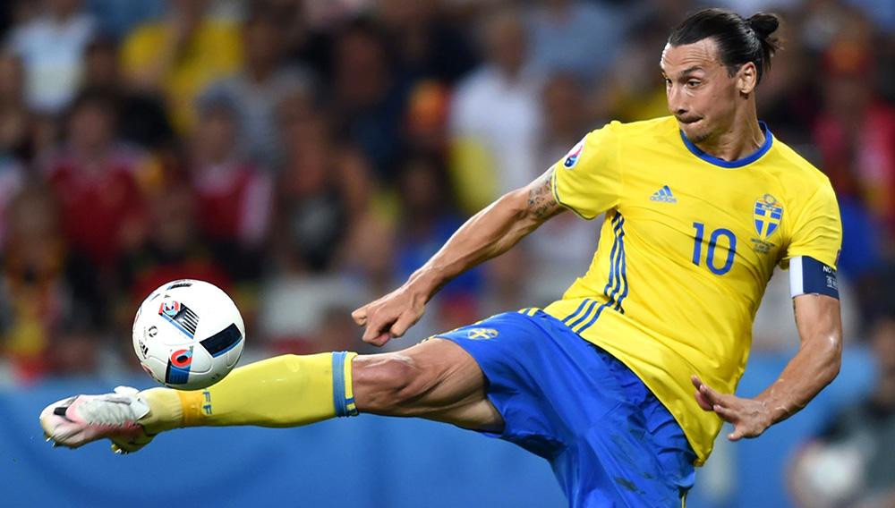 Zlatan Ibrahimovic, jugando por la selección de Suecia, intentando dominar el balón estirando la pierna derecha.