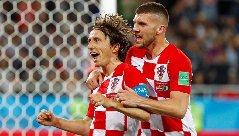 Luka Modric de Croacia celebra con Ante Rebic luego de anotar el segundo gol de su equipo en el partido ante Nigeria.