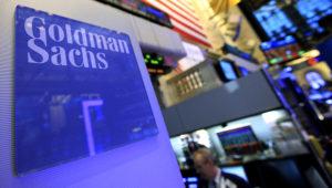 Pantalla con el nombre Goldman Sachs en la bolsa de valores de Nueva York