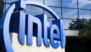 Logotipo de Intel en la entrada del edificio Robert N. Noyce, en Santa Clara, California, Estados Unidos.
