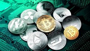 Bitcoin y otras criptomonedas sobre un fondo verde que representa una pieza de computadora
