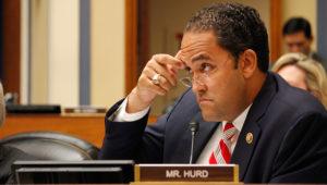 Legislador de Texas, Will Hurd, mira sobre sus anteojos sentado en su escaño, durante una sesión del congreso estatal.