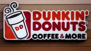 © The Associated Press ARCHIVO - Foto de archivo, 22 de enero de 2018, del logo de Dunkin' Donuts en un local en Mount Lebanon, Pensilvania, EEUU. (AP Foto/Gene J. Puskar, File)