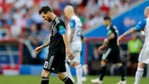 Lionel Messi, con la mirada en el suelo, camina en la cancha durante el partido ante Islandia.