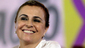 Primer plano del rostro sonriente de Vanda Pignato, exprimera dama de El Salvador.