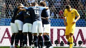 Jugadores de Francia celebran juntos uno de los goles ante Australia.