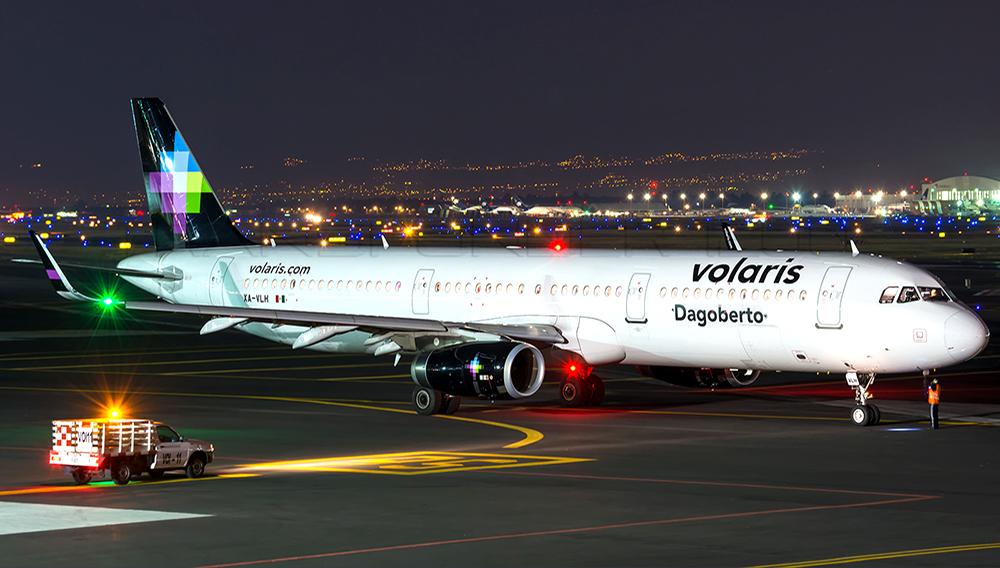 Foto nocturna de un avión estacionado de la aerolínea mexicana de bajo costo Volaris. Photo: Víctor Ambriz.