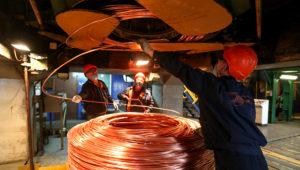 Trabajadores de la refinería de cobre Uranolectromed OJSC, operado por Ural Minería y Metalúrgica Co., enrollando cables de cobre en Verkhnyaya Pyshma, Rusia.