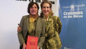 """La periodista Laura Vilariño y Marcela Massut, nieta de Petrona Carrizo de Gandulfo, presentaron la versión revisada y definitiva de """"El Libro de Doña Petrona""""."""