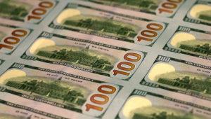 Parte posterior de varios billetes de 100 dólares.