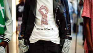 Camiseta con el diseño de un puño en alto y la frase Daca Power, creación del diseñador de modas mexicano Ricardo Seco.