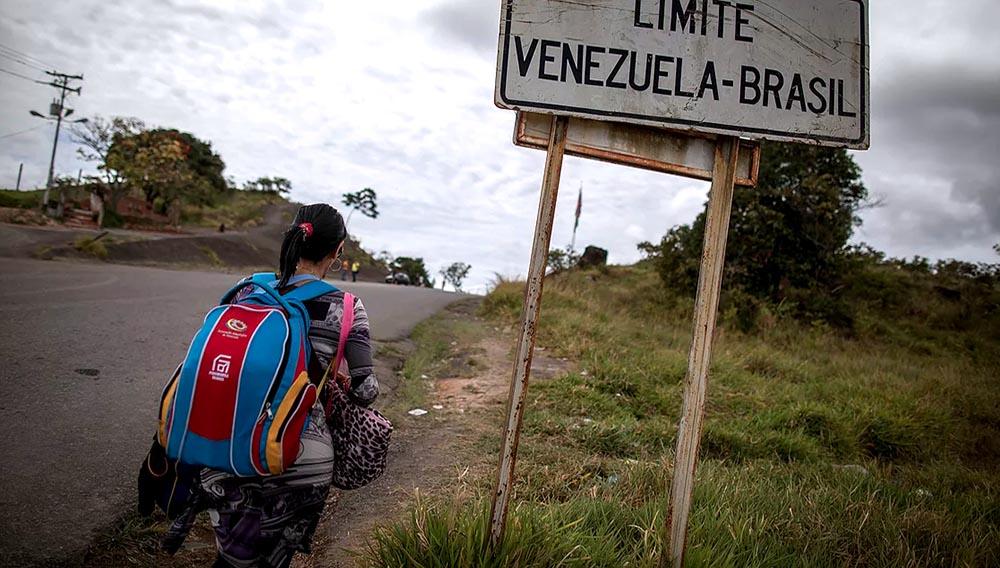 Venezuelan immigrant walks alongside PanAmericana Avenue heading to Pacaraima city, Roraima state, Brazil. Photo: Andre Coelho.