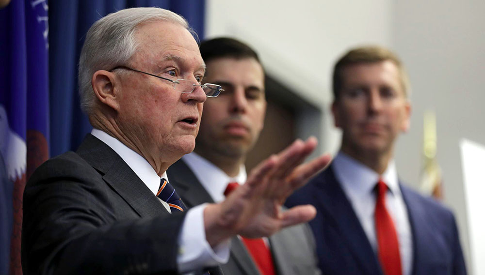 El secretario de Justicia de EEUU, Jeff Sessions, habla en conferencia de prensa en Cleveland, Ohio, 22 de agosto de 2018. (AP Foto/Tony Dejak)