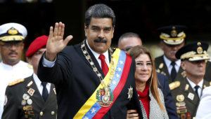 En esta fotografía de archivo del 24 de mayo de 2018, el presidente de Venezuela, Nicolás Maduro, y su esposa, Cilia Flores, saludan a su llegada a un desfile militar en el Fuerte Tiuna en Caracas. (AP Foto/Ariana Cubillos, Archivo)