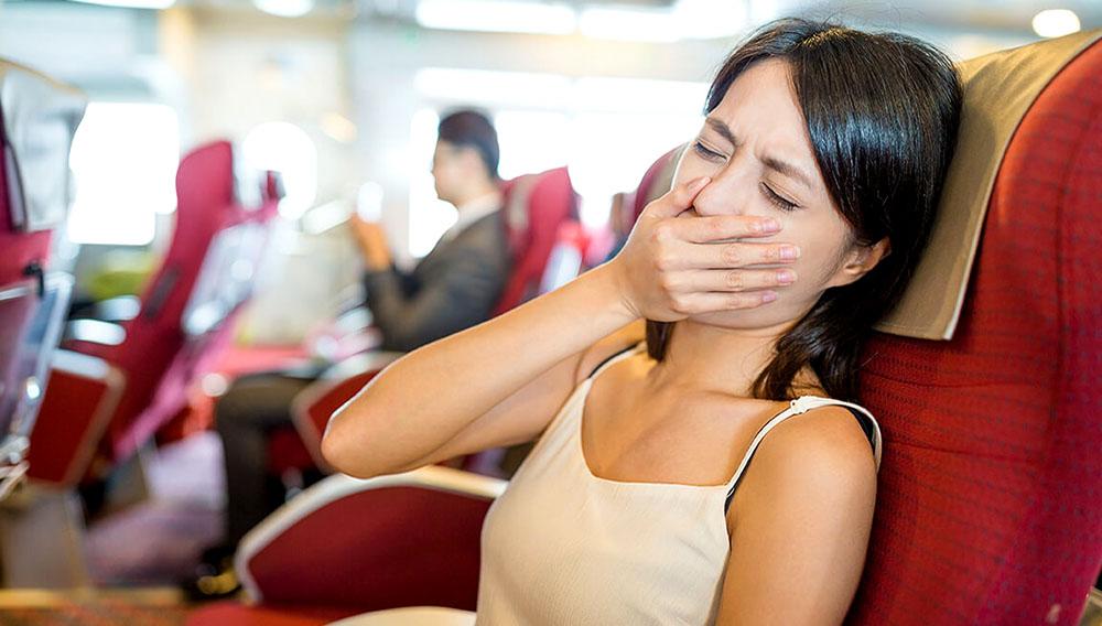Mujer sensación de malestar en el barco. Foto: Leung Cho Pan/123rf.com