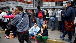 Los venezolanos que recientemente se mudaron a Perú esperan afuera de la embajada venezolana para tratar de obtener un lugar en un vuelo de regreso a casa financiado por el gobierno en Lima, Perú, el martes 4 de septiembre de 2018. (AP Foto / Martin Mejia)