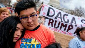 """Un juez federal ordenó hoy al presidente, Donald Trump, que reactive el programa para jóvenes indocumentados DACA con la admisión de nuevos solicitantes, además de seguir renovando a sus actuales beneficiarios, conocidos como """"dreamers"""". Andrew Harnik AP"""
