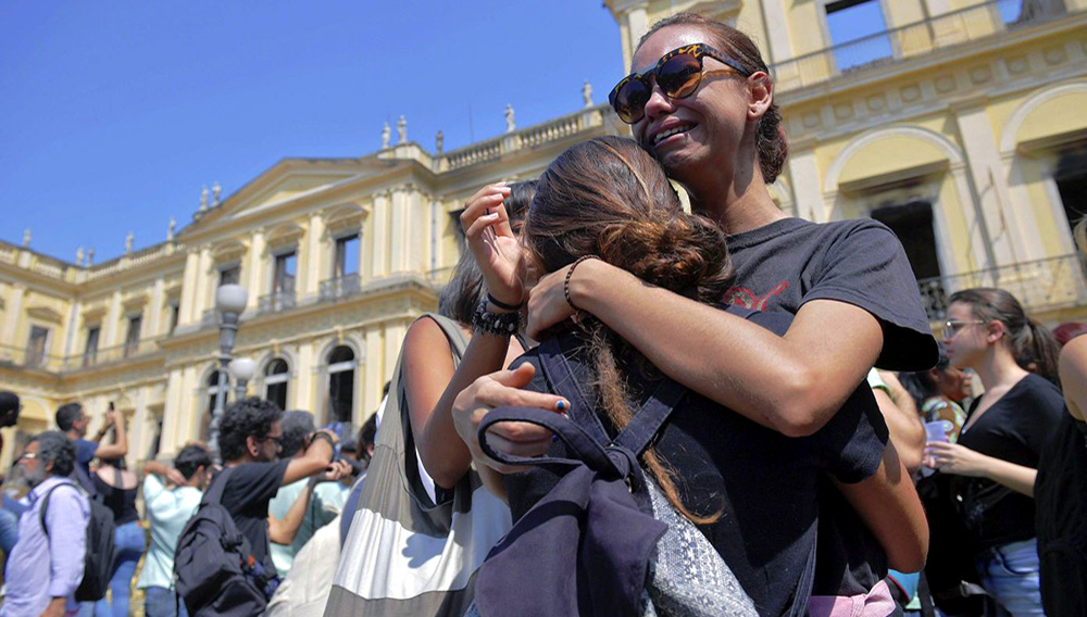 © AFP   La gente reacciona con tristeza el 3 de septiembre de 2018 ante la devastadora imagen del Museo Nacional de Rio de Janeiro, en Brasil, arrasado por un voraz incendio