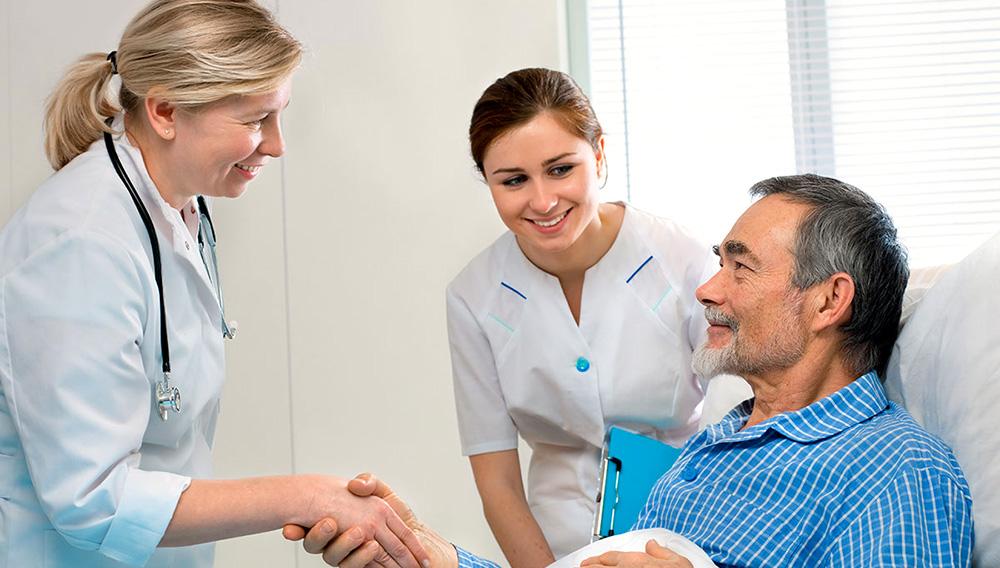 Doctora sacude manos con el paciente en la cama de un hospital. Foto: es.123rf.com
