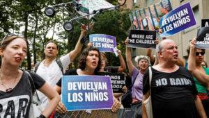 Un grupo de personas protesta contra la separación de familias indocumentadas en la frontera con México. EFE/ Justin Lane