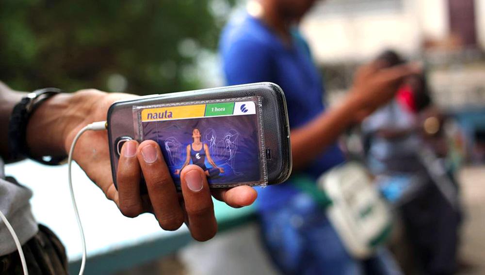 Proporcionado por THX Medios S.A. El 14 de agosto pasado Etecsa realizó la primera prueba pública de acceso a internet desde los móviles, a la cual se sumaron unas 800 000 personas, según datos oficiales