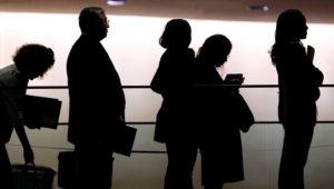 Personas haciendo una fila. Mark Lennihan - AP Graphics Bank