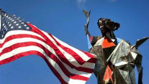 La escultura de la Virgen María saludará a quienes cruzan entre EEUU y México. Foto: EFE