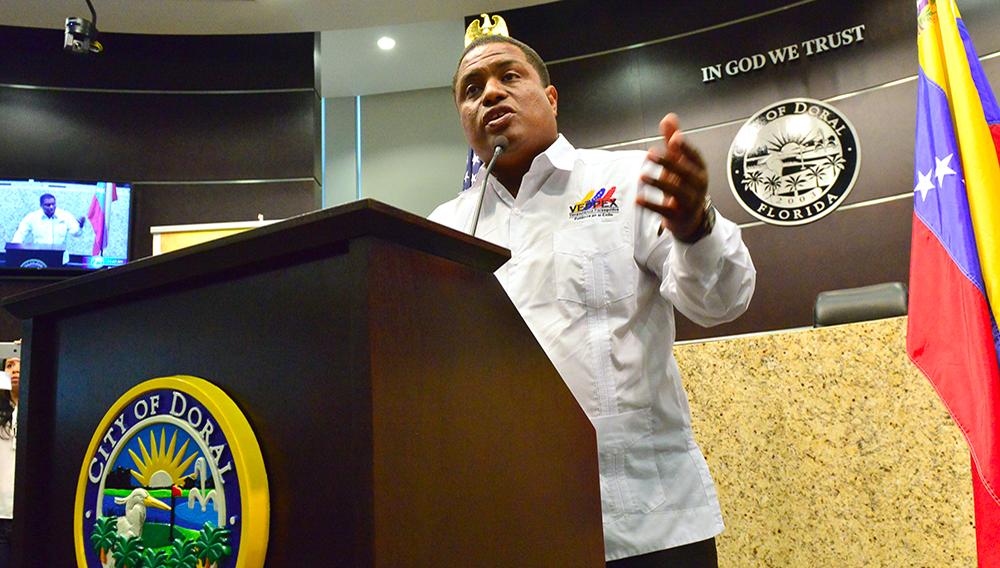 """EFE/EUA CARIBE SHM46 MIAMI (FL,EE.UU), 13/04/17.- Jose Antonio Colina, presidente de Veppex habla este jueves 13 de abril durante el acto en el que el alcalde de la ciudad del Doral, Juan Carlos Bermudez (no aparecce) anunció el 13 de abril como """"Dia del exiliado Venezolano"""", durante un evento en el que Luis Almagro, Secretario General de la OEA, además recibió la Orden del Exilio Venezolano Rómulo Betancourt de parte de la Organización de Venezolanos Perseguidos Políticos en el Exilio (Veppex). En el ayuntamiento de la ciudad del Doral (Florida), aledaña a Miami, Almagro condenó hoy en términos muy duros al Gobierno venezolano, un """"régimen"""", afirmó, que """"tiene las manos manchadas de sangre"""", y exigió el cese de la """"acción homicida de paramilitares"""" (colectivos) en las calles. EFE/GIORGIO VIERA"""
