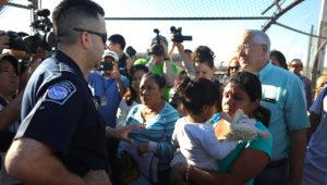Washington Post: migrantes con hijos cruzan la frontera a EEUU en números récords. Getty Images