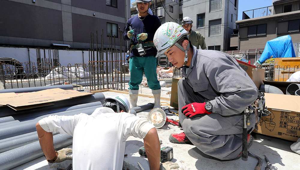 Vietnamese trainees work at a building site in Tokyo on May 22. (Photo by Ken Kobayashi)