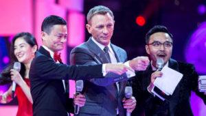 El fundador de Ali Baba (i) junto al actor Daniel Craig (centro) REUTERS