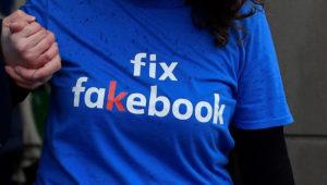 Un activista protesta por la ausencia del fundador y presidente de Facebook, Mark Zuckerberg, en una reunión sobre noticias falsas organizada por el comité digital, de medios culturales y deportes del Parlamento en Londres. 27 de noviembre de 2018. REUTERS/Toby Melville
