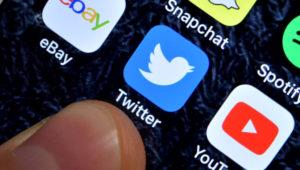 Símbolo de Twitter visto en la pantalla de un smartphone, junto con los símbolos de otras redes sociales.