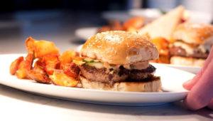 Fotografía que muestra una pequeña hamburguesa. EFE/Archivo