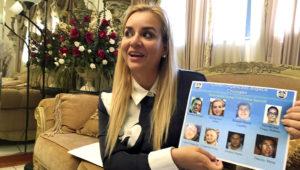 """En esta foto del 15 de octubre de 2018, Darling Perez muestra una copia de un póster de """"se busca"""" del gobierno nicaragüense en el que aparece durante una entrevista en Miami. (AP Foto/Gisela Salomon)"""