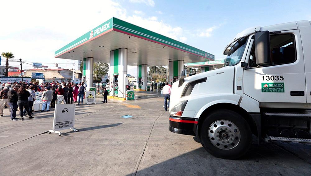 TOLUCA, ESTADO DE MÉXICO, 14ENERO2019.- Comenzó la llegada de pipas de combustible a diversas gasolineras de Toluca, en donde la gente ya se encontraban formados con garrafones y en sus automóviles. FOTO: ARTEMIO GUERRA BAZ /CUARTOSCURO.COM