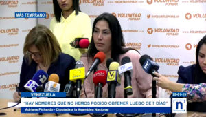 La diputada de la Asamblea Nacional de Venezuela Adriana Pichardo (c) habla durante una rueda de prensa acompañada por la también diputada Delsa Solórzano (d) y la abogada Ana Leonor Acosta (i), este lunes, en Caracas (Venezuela). EFE