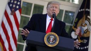 El presidente Donald Trump habla en la Rosadela de la Casa Blanca, el viernes 25 de enero de 2019, en Washington. (AP Foto/Evan Vucci)