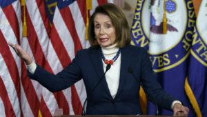 La presidenta de la Cámara de Representantes, la demócrata Nancy Pelosi, hace declaraciones a la prensa en el Capitolio, en Washington, el jueves 17 de enero de 2019.