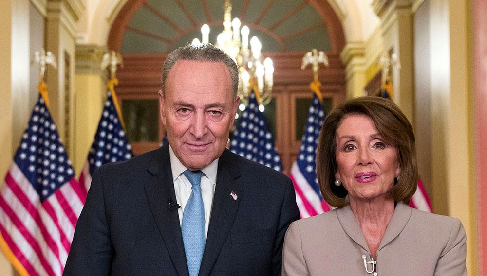 La presidenta de la Cámara de Representantes, Nancy Pelosi, y el líder de la minoría en el Senado, Chuck Schumer, hablan en el Capitolio en respuesta al discurso del presidente Donald Trump, el martes 8 de enero de 2019, en Washington. (AP Foto/Alex Brandon)