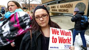 La empleada del Servicio de Impuestos Internos Christine Helquist participa en una manifestación de empleados federales el jueves 10 de enero de 2019 en Ogden, Utah. (AP Foto/Rick Bowmer)
