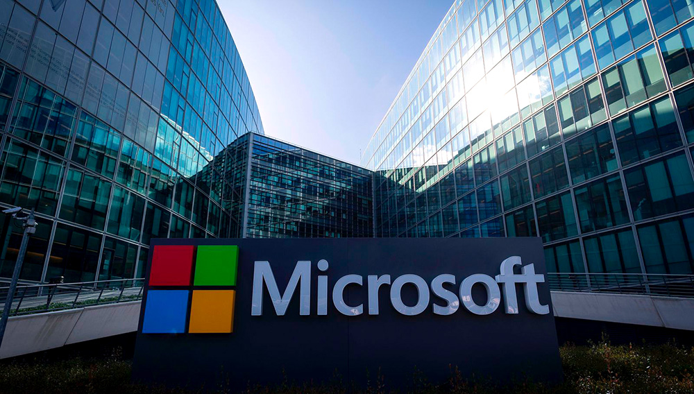Microsoft spent a little over a month as the world's most valuable company and ceded its crown to Amazon.com based on Monday's closing prices. PHOTO: LIONEL BONAVENTURE/AGENCE FRANCE-PRESSE/GETTY IMAGES