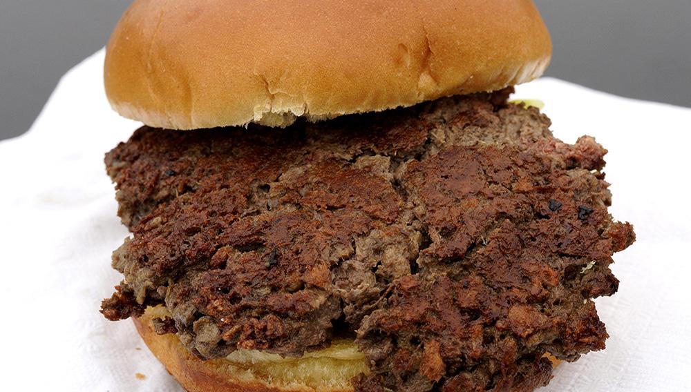 """Esta fotografía del 11 de enero de 2019 muestra la """"hamburguesa imposible"""", hecha de proteína de trigo, aceite de coco, proteína de patata y otros ingredientes en Bellevue, Nebraska. (AP Foto/Nati Harnik)"""