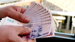 Manos sosteniendo un abanico de pesos argentinos. Foto: Internet