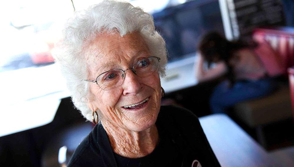 Dorothy Bale, de 94 años, sonríe en Arby's, restaurante de comida rápida donde trabaja desde hace 25 años, en Millcreek, Utah. (Francisco Kjolseth/The Salt Lake Tribune via AP)
