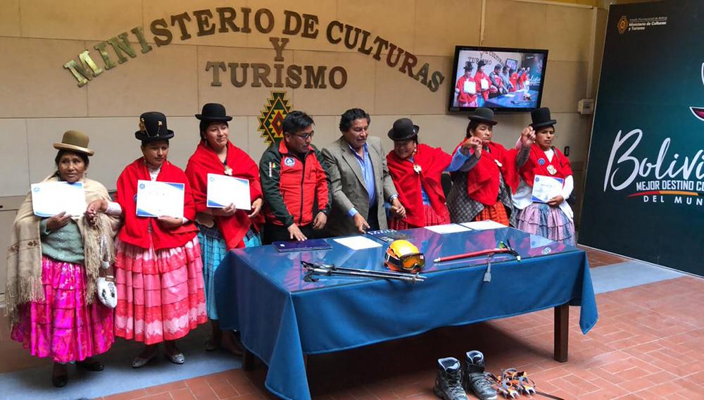 Cinco mujeres aimaras que escalaron los 6.962 metros del Aconcagua, reciben de manos del viceministro de Descolonización de Bolivia, Félix Cárdenas, el reconocimiento de la Asociación Andina de Promotores en Aventura y Montaña (Aaptam) y del Ministerio de Culturas de Bolivia, en La Paz (Bolivia). EFE